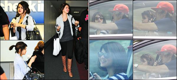 14.06.09 ─ Selena Gomez a été photographiée alors qu'elle arrivait à l'aéroport de LAX, étant dans Los Angeles.Un peu plus tôt, la belle brunette a été photographiée en voiture dans les rues de Los Angeles.. Concernant sa tenue, c'est un petit top de ma part !