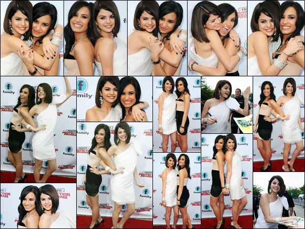 18.06.09 ─ Selena Gomez était présente, à l'avant-première de « Princess Protection Program », dans Toronto.Selena été accompagnée, évidemment, de sa meilleure amie, Demi Lovato... Concernant sa tenue, c'est un très beau top de ma part, vous, avis ?