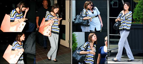 19.06.09 ─ Selena Gomez a été photographiée alors qu'elle arrivait à l'aéroport de LAX, étant dans Los Angeles.Un peu plus tôt, la belle brunette a été photographiée quittant un restaurant et quittant son hôtel à Toronto. Concernant la tenue, c'est un petit top.