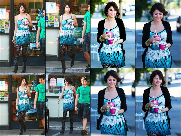 16.07.09 ─ Selena Gomez a été photographiée, alors, qu'elle allait se chercher un Yaourt Glacé dans Hollywood.Selena été accompagnée de son cousin et également de sa maman... Concernant sa tenue, c'est plutôt original ces collants, mais, sa tenue est top !