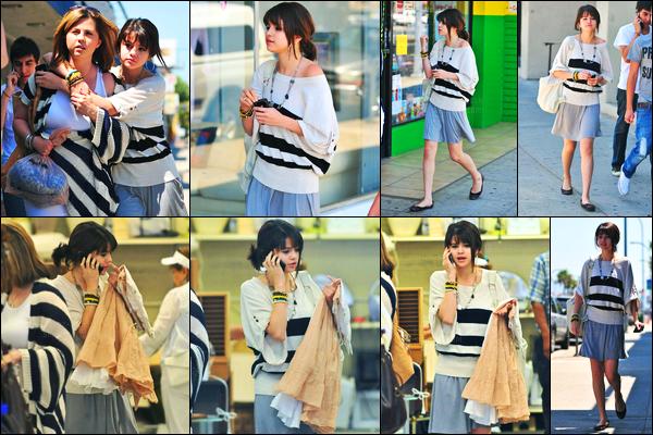 08.08.09 ─ Selena Gomez a été photographiée alors qu'elle faisait du shopping à GoodWill, dans Hollywood CA.Selena G. été accompagnée de sa mère durant sa viré shopping, et de son cousin. Concernant sa tenue, je n'en suis pas très fan, c'est donc un flop.