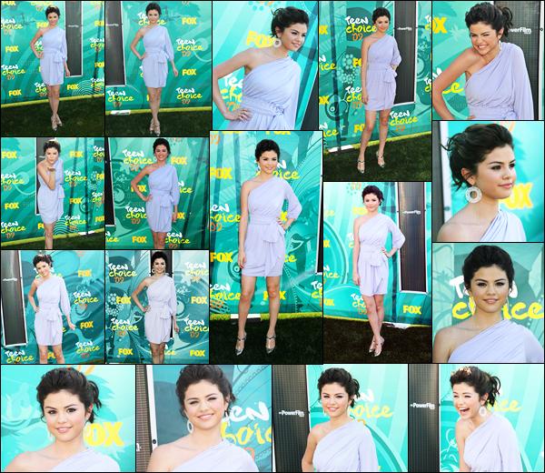 09.08.09 ─ Selena Gomez était présente, lors de la cérémonie, des « Teen Choice Awards », dans Universal City.Selena G. était donc présente à la cérémonie où elle a gagnait l'award de la meilleure actrice de série télévisée de l'année. Sa tenue est gros un top !