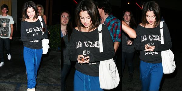 18.08.09 ─ Selena Gomez a été photographiée pendant qu'elle se promenait, dans les rues dans Hollywood, CA.Nous avons malheureusement que trois photos de cette sortie. Concernant sa tenue, c'est du décontracté à fond, et pour ma part, c'est donc un flop
