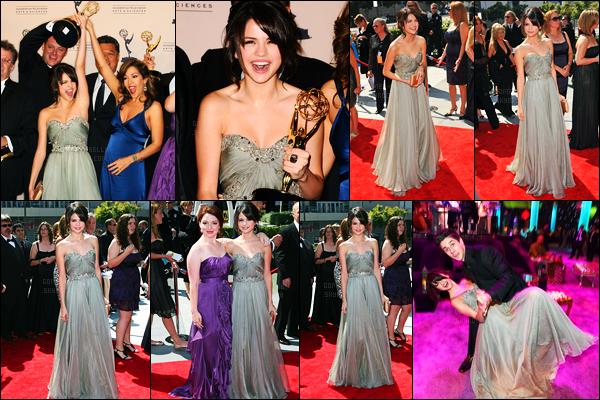 12.09.09 ─ Selena Gomez était présente, lors de la cérémonie, des « Emmy Awards », étant, dans Los Angeles.Selena était présente pour la première fois à la grande cérémonie où elle a gagner un awards grâce à WOWP accompagné du cast. Sa tenue est top