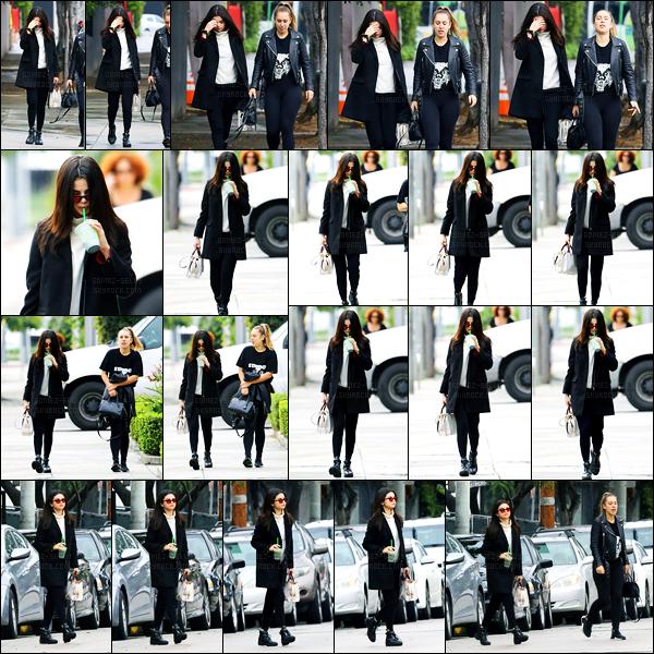 21.02.2017 ─ Selena Gomez a été photographiée, alors, qu'elle se promenait, dans les rues, étant, à Los Angeles.Selena G. n'avait pas l'air de superbe humeur ou pas l'envie de se montrer au paparazzi puisqu'elle se cache sur certaines photos. Sa tenue est un top