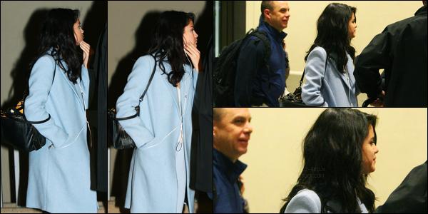 02.03.2017 ─ Selena Gomez a été photographiée, alors, qu'elle arrivait à  l'aéroport, étant, dans Dallas, au Texas.Selena G. est donc rentrée au Etats-Unis et a pris un envol pour le Texas pour retrouver sa famille, sûrement. Nous avons peu de photos de l'arrivée..