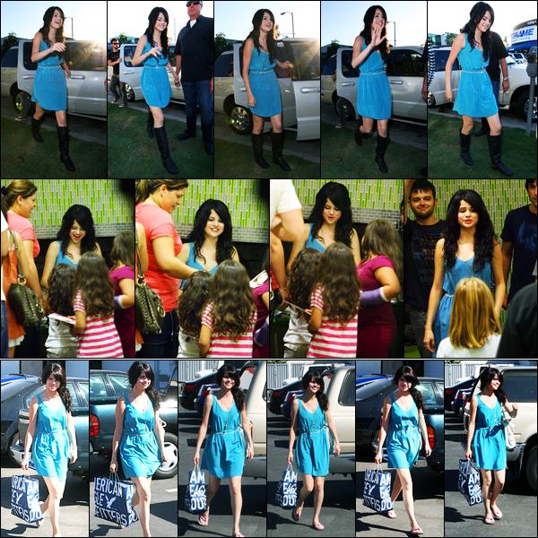 24.09.09 ─ Selena Gomez a été vue alors qu'elle donner des billets pour son premier concert dans Los Angeles.Un peu plus tôt, notre belle brunette a été photographiée alors qu'elle se rendait à un studio d'enregistrement à Hollywood... Sa tenue c'est un top !