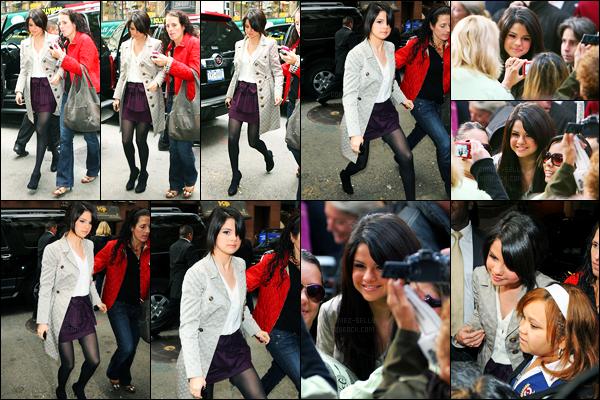 02.10.09 ─ Selena Gomez a été photographiée alors qu'elle arrivait à The today Show, étant, dans New-York City.Notre adorable chanteuse S. a posée avec ces fans avant d'entrer... Concernant sa tenue, c'est un beau top de ma part, personnellement... Et vous ?!