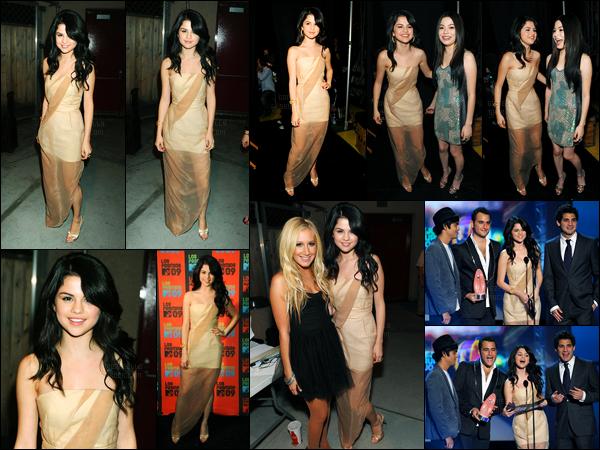 15.10.09 ─ Selena Gomez était présente lors des « Latin America Awards », se déroulant, dans Universal City, CA.La belle a posée avec son amie, la belle, Ashley Tisdale. Puis a remis un prix lors de la cérémonie avec son groupe. Concernant sa tenue c'est un top !