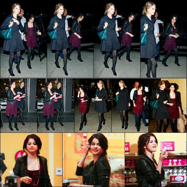 27.10.09 ─ Selena Gomez a été photographiée, pendant, qu'elle se promenait avec Taylor Swift dans Los Angeles.Les filles partageaient déjà une amitié à cette époque ! Elle avait l'air de très bonne humeur notre Selena G.. Concernant la tenue, c'est un gros top !