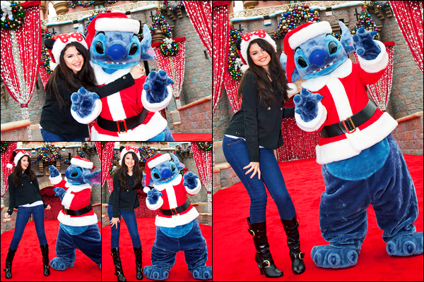 07.11.09 ─ Selena Gomez était présente à l'événement de chez « Disneyland » qui se déroulait dans Los Angeles.Selena a posée avec Stitch lors de la Christmas Parade. Elle est adorable sur les photos comme à son habitude ! Concernant sa tenue, c'est un top !