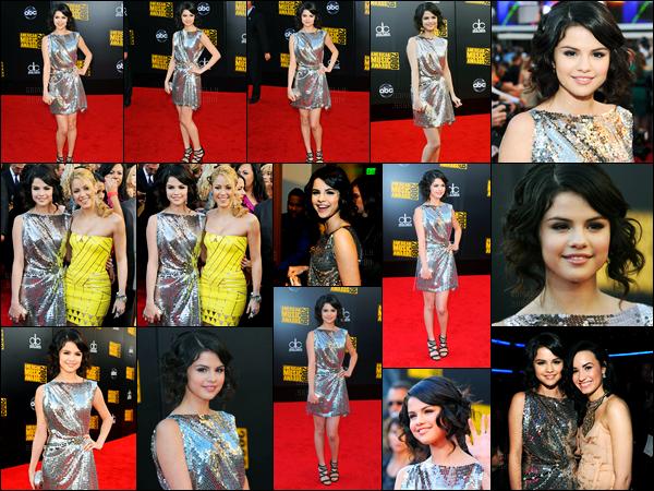 22.11.09 ─ Selena Gomez était présente à la cérémonie des «American Music Awards», étant dans Los Angeles.La belle brunette a posée le tapis rouge avec la belle chanteuse Shakira. Concernant sa tenue, c'est un très beau top de ma part. Et vous, vos avis?