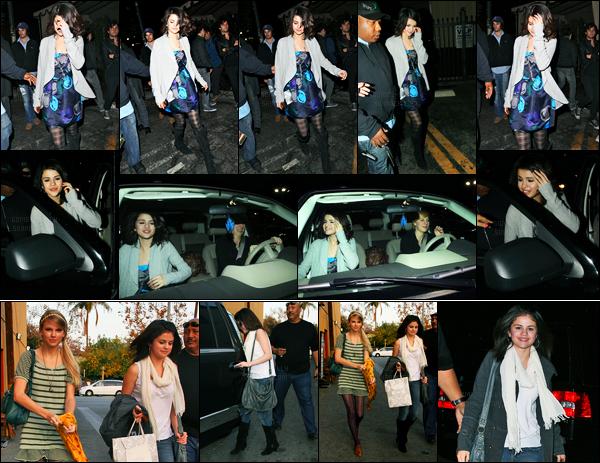 03.12.09 ─ Selena Gomez a été photographiée alors qu'elle quittait un concert dans Bardot, dans Hollywood, CA.La belle S. été accompagnée d'une amie... La veille, elle a été vue quittant un restaurant Mozza avec Taylor à Melrose Avenue. Ses tenues sont top !