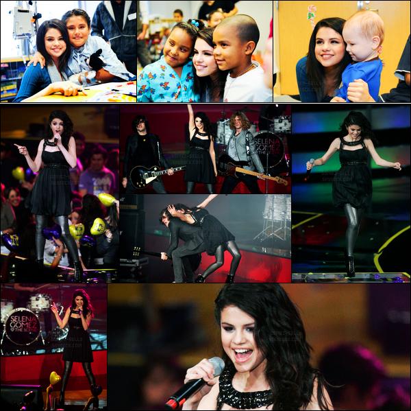 03.12.09 ─ Selena Gomez a réalisée, une performance lors du « téléthon » à Televisa, qui se situe, dans Mexico !Un peu plus tôt, la belle a été photographiée au Christmas parade, en rendant visite à des enfants malades... Concernant ses tenues, c'est des tops !