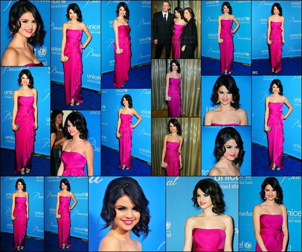 10.12.09 ─ Selena Gomez était présente lors de la cérémonie du « UNICEF Ball » se déroulant, dans Beverly Hills.La belle a été posée avec sa mère et son beau-père, qui l'ont accompagnée. Je vous rappelle qu'elle est l'ambassadrice. Sa tenue est un beau top !