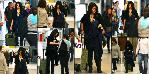 20.12.09 ─ Selena Gomez a été photographiée alors qu'elle arrivait à l'aéroport de LAX étant dans Los Angeles.La belle été accompagnée de son beau-père, Brian, et de sa mère, Mandy... Concernant sa tenue, je n'aime pas trop... C'est un flop pour ma part !