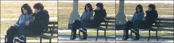 17.01.10 ─ Selena Gomez a été photographiée pendant qu'elle était dans un parc, avec Nick Jonas, dans Chicago.Mais qui voilà... Le cher, Nick Jonas ! Nous avons très peu de photos des deux, mais ils avaient l'air de simplement discuter... J'adore son manteau !