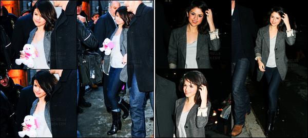 11.02.10 ─ Selena Gomez était présente à la célèbre émission « Good Morning America », étant, à New-York City.La belle a ensuite été photographiée alors qu'elle quittait l'émission et a pris des photos avec ces fans... Sa tenue est un beau top de ma part ! Avis ?!