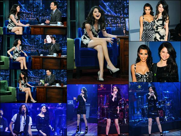 12.02.10 ─ Selena Gomez a été photographiée, alors, qu'elle arrivait à une émission, étant, dans New-York City !La belle est arrivée sur le dos de son beau-père. Et aussi, elle était présente au Late Night With Jimmy Fallon avec Kim Kardashian et à la radio Z100.