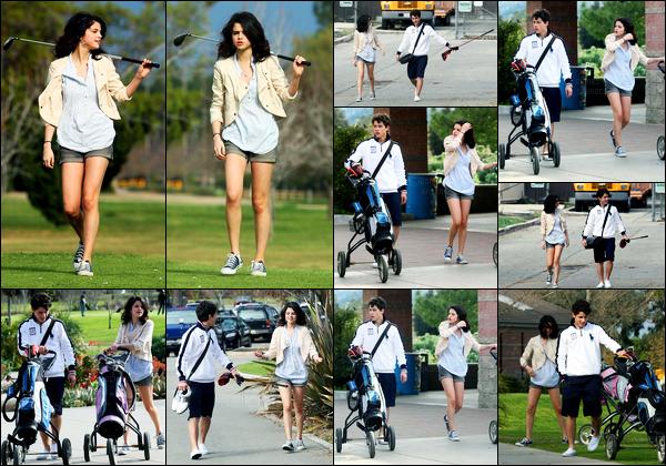 21.02.10 ─ Selena Gomez a été photographiée, pendant, qu'elle faisait du golf, avec Nick Jonas dans Los Angeles.La belle été donc accompagnée de son petit-ami, pour faire du golf. Et Selena avait l'air de s'amuser ! Concernant sa tenue, c'est donc un beau top !