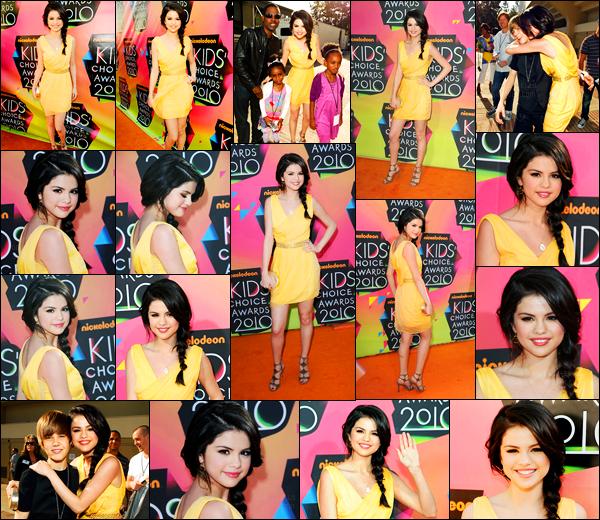 27.03.10 ─ Selena Gomez était présente lors de la cérémonie des « Kids Choice Awards », dans Los Angeles, CA.Encore un événement pour notre belle chanteuse ! Selena a posée avec Justin Bieber et plein d'autres... Concernant sa tenue, c'est un top, pour moi.