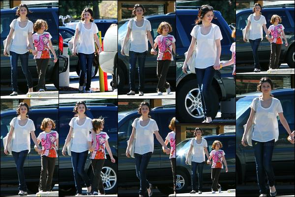 28.02.10 ─ Selena Gomez a été photographiée alors qu'elle allait déjeuner avec Joey King, dans Los Angeles, CA.Loin des tapis rouge, elle prend maintenant du bon temps avec son ancienne co star, Joey King. Concernant sa tenue, c'est simple mais c'est un top !