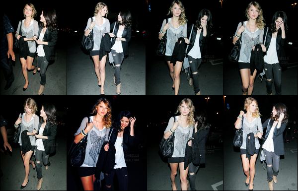 23.03.10 ─ Selena Gomez a été photographiée, pendant, qu'elle arrivait au bowling, étant dans Los Angeles, CA.La belle  été accompagnée de sa grande amie, Taylor Swift. Elles avaient déjà une grande amitié. Concernant sa tenue, c'est un très beau gros top !