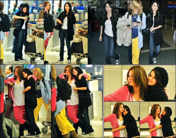 27.03.10 ─ Selena Gomez a été photographiée, alors, qu'elle arrivait à l'aéroport de LAX, dans Los Angeles, CA.Après la cérémonie, la belle s'est directement envolée ! En compagnie de sa maman, Mandy.. Concernant sa tenue, c'est un beau top de ma part !