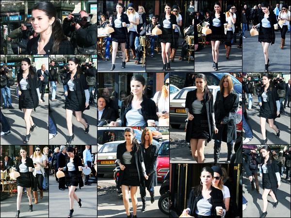 01.04.10 ─ Selena Gomez a été photographiée pendant qu'elle quittait une Pâtisserie, étant dans Paris, en France.On la connaît, Selena est une petite gourmande et elle adore les produits en France ! Elle été accompagnée de sa mère... Sa tenue est un beau top !