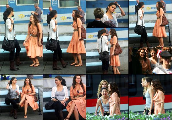 05.06.10 ─ Selena Gomez a été photographiée pendant qu'elle était sur le set de Monte-Carlo dans Monte-Carlo.Un mois après les dernières news, Selena G. est de retour sur le tournage de son prochain film avec Katie Cassidy et Leighton Meester.. C'est un top !