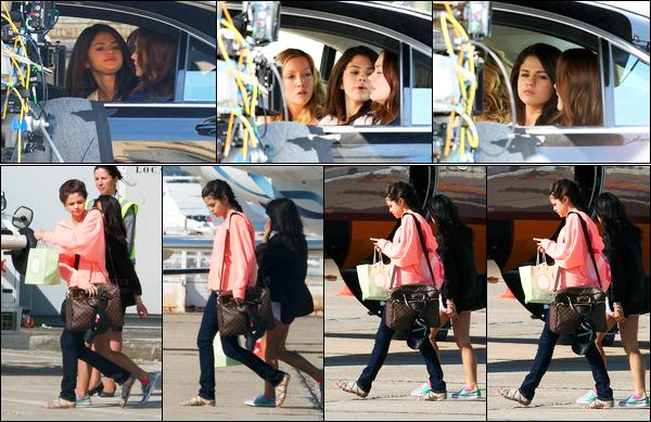 24.06.10 ─ Selena Gomez a été photographiée alors qu'elle était sur le set de Monte-Carlo, dans Paris en France.Un peu plus tard, la belle a été photographiée prenant un jet privé pour se rendre à Monte-Carlo. Concernant sa tenue, c'est un beau top de ma part !