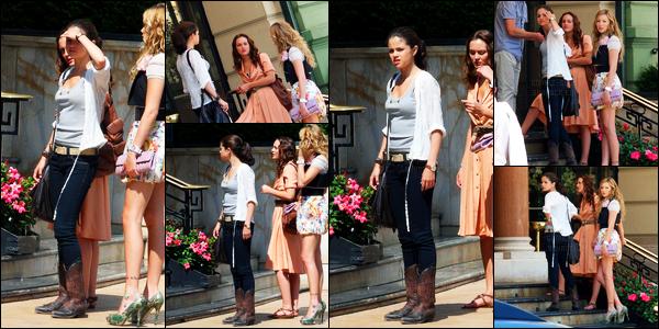 28.06.10 ─ Selena Gomez a été photographiée pendant qu'elle était sur le set de Monte-Carlo dans Monte-Carlo.Après trois jours de repos, le tournage à repris. Toujours avec ces amies et co-stars... Concernant sa tenue, on l'a déjà vu auparavant, toujours top !