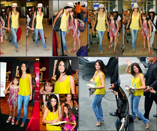 17.07.10 ─ Selena Gomez a été photographiée, alors, qu'elle arrivait à l'aéroport, qui se situe, dans Miami, en FL.La belle a ensuite été photographiée quittant un magasin. Selena été accompagnée de son amie, Joey King. Concernant sa tenue, c'est un beau top..