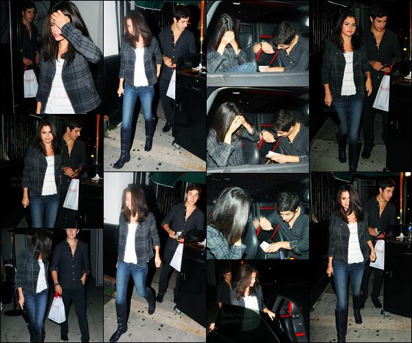 27.08.10 ─ Selena Gomez a été vue, alors, qu'elle quittait un restaurant avec David Henrie dans Los Angeles, CA.Selena G. été accompagnée donc de son ami, David Henrie, après quelques jours sans nouvelles. Concernant sa tenue, c'est un beau top pour moi !