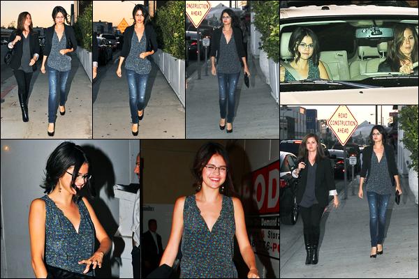 01.09.10 ─ Selena Gomez a été photographiée pendant qu'elle quittait un restaurant, étant, dans Hollywood, CA.Selena G. été accompagnée de sa mère, Mandy Teefey. Concernant sa tenue, c'est plutôt un top de ma part, les lunettes lui vont bien je trouve, top