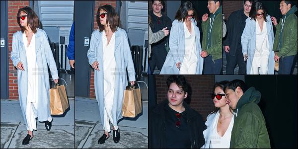 17.03.2017 ─ Selena Gomez a été photographiée pendant qu'elle se promenait dans les rues dans New-York City.Elle a donc quittée son chéri pour se rendre à New-York C, pour je ne sais quel raison. Concernant sa tenue, je ne suis pas très fan personnellement...