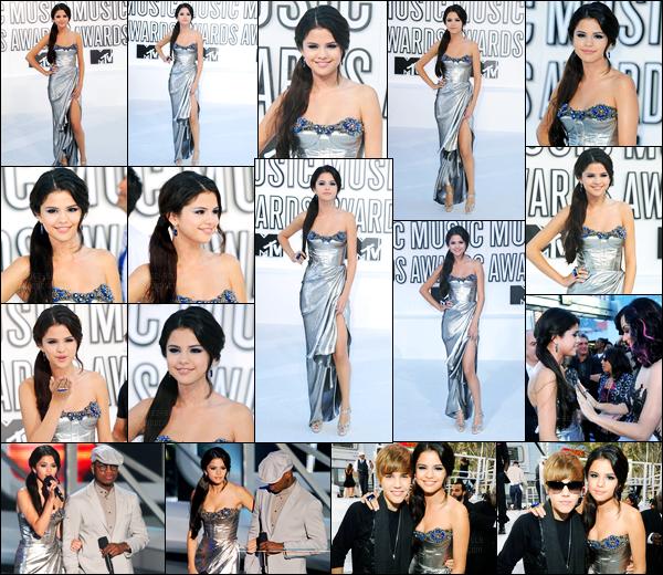 12.09.10 ─ Selena Gomez était présente lors de la cérémonie « MTV Video Music Awards » dans Los Angeles, CA.Selena G. a remis un prix lors de la cérémonie puis a posée aux côtés de son ami, Justin Bieber ou encore Katy Perry ! Sa tenue est un top pour moi..