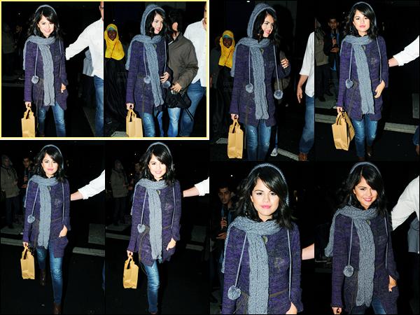 01.10.10 ─ Selena Gomez a été photographiée, alors, qu'elle faisait du shopping à Wagamamas, à Londres en UK.Toujours à Londres, la belle profite de son séjour pour faire du shopping. Concernant sa tenue, c'est un beau top de ma part personnellement. Avis ?