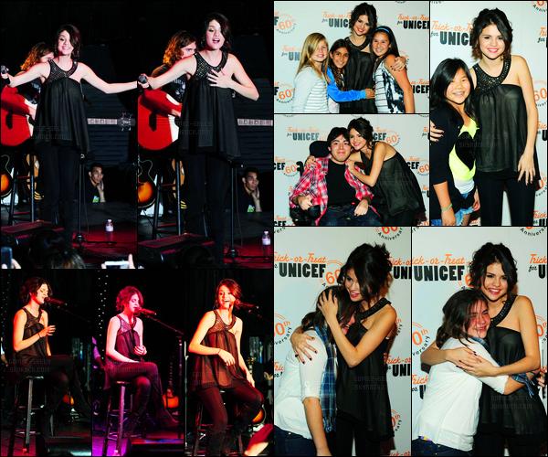 26.10.10 ─ Selena Gomez était présente lors du gala de charité pour « l'UNICEF », se déroulant, au Roxy Theatre.La belle étant ambassadrice a donc interprété plusieurs chansons, puis a posée avec ces fans.. Puis a quittée le Roxy Theatre... Sa tenue est un top !
