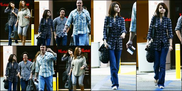 30.10.10 ─ Selena Gomez a été photographiée alors qu'elle quittait le « Westfield Mall », étant, dans Los Angeles.Selena été accompagnée de sa mère et de son beau-père pour un peu de shopping ! Concernant sa tenue, c'est un top de ma part personnellement..