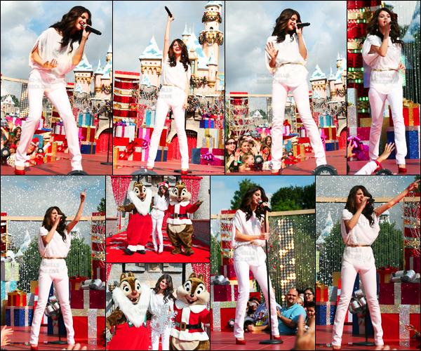 07.11.10 ─ Selena Gomez était présente à l'événement de chez Disneyland, qui se déroulait dans Los Angeles, CA.Selena G. a performer cette année pour la Christmas Parade annuel. La belle été vêtue d'une belle tenue blanche. Pour ma part, ça sera un top. Avis ?
