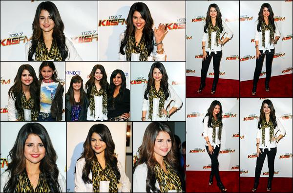 05.11.10 ─ Selena Gomez était présente à l'évènement du « Jingle Ball », qui se déroulait, dans Los Angeles, CA !Selena a profité de l'occasion pour poser avec quelques fans qui étaient présent... Concernant sa tenue, un beau top de ma part, personnellement...