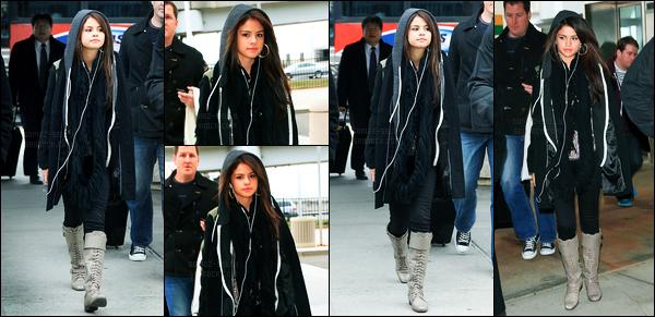 10.12.10 ─ Selena Gomez a été photographiée alors qu'elle arrivait à l'aéroport de JFK étant dans New-York City.La belle était dans son univers avec ses écouteurs et capuche sur la tête. Concernant sa tenue, c'est tout simple mais c'est un beau top pour ma part