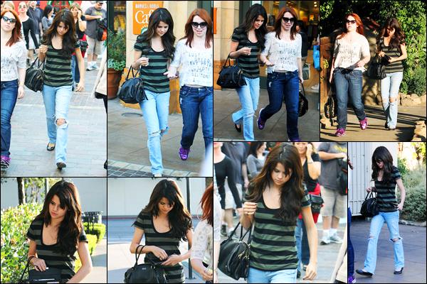 13.12.10 ─ Selena Gomez a été photographiée pendant qu'elle faisait du shopping, étant, dans Los Angeles, CA.La belle été accompagnée de son amie et co-star, Jennifer Stone. Mais sans le sourire. Concernant sa tenue, c'est beau top de ma part... Et vous ?!