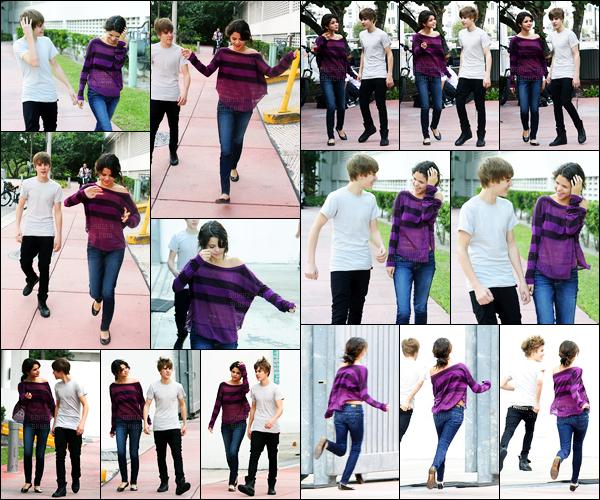 18.12.10 ─ Selena Gomez a été photographiée alors qu'elle se promenait dans les rues étant dans Miami, Floride.La belle été accompagnée du chanteur Canadien, Justin Bieber. Le soir elle a été aperçue quittant son concert, ils sont plutôt proche ces deux-là. Top.