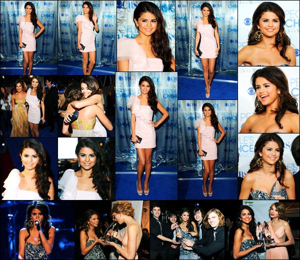 05.01.11 ─ Selena Gomez était présente lors de la cérémonie des « People Choice Awards », étant à Los Angeles.La belle a performer lors de la cérémonie, puis a gagner avec The Scene le prix de révélation de l'année... Concernant sa tenue, c'est un beau top !