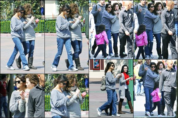 09.04.2011 ─ Selena Gomez a été photographiée, alors, qu'elle était à Disneyland, avec sa famille, dans Anaheim.C'est donc accompagnée de sa famille que notre belle brunette Selena Gomez a été photographiée profitant de son temps libre. Sa tenue est un bof !