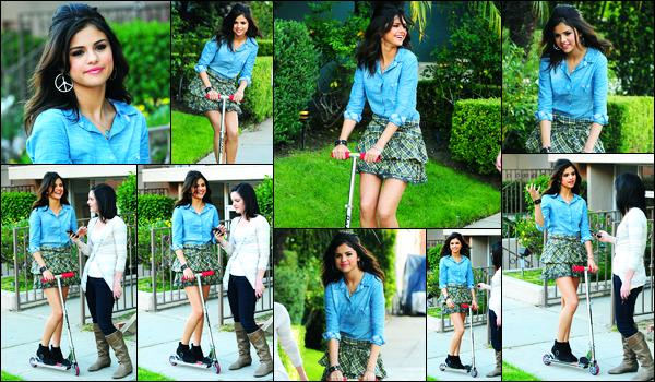 30.04.2011 ─ Selena Gomez a été photographiée alors qu'elle était sur le shoot pour « Kmart » dans Los Angeles.La belle brunette Selena été accompagnée de son amie, Ashley Cook, étant sur une trottinette. Concernant sa tenue, c'est un très beau top pour moi !