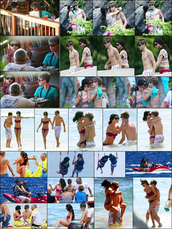 26.05.2011 ─ Selena Gomez a été photographiée pendant qu'elle était au « Tropical Garden » avec Justin à Hawaï.Un peu plus tôt, ils ont été aperçu alors qu'ils déjeuner. Puis plus tard, ils ont été vu s'amusant sur la plage toujours à Hawaï. Son maillot est très jolie