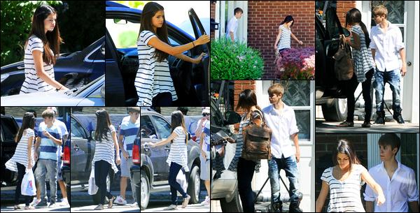 02.06.2011 ─ Selena Gomez a été photographiée, alors, qu'elle était dans les rues avec Justin étant dans Toronto.Les deux amoureux, toujorus en Ontario, n'avait visiblement pas envie de se faire photographiée puisqu'ils essayaient de fuir. Sa tenue est un beau top